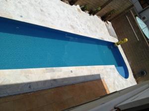 nossa piscina pronta, já com o piso envolta assentado! Escolhi caco de pedra São Tomé branco