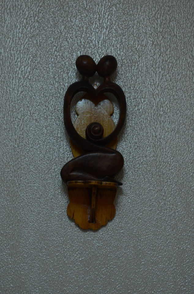 escultura de cabeceira, peça única em madeira. O  altarzinho era do meu avô, lixei e passei verniz.