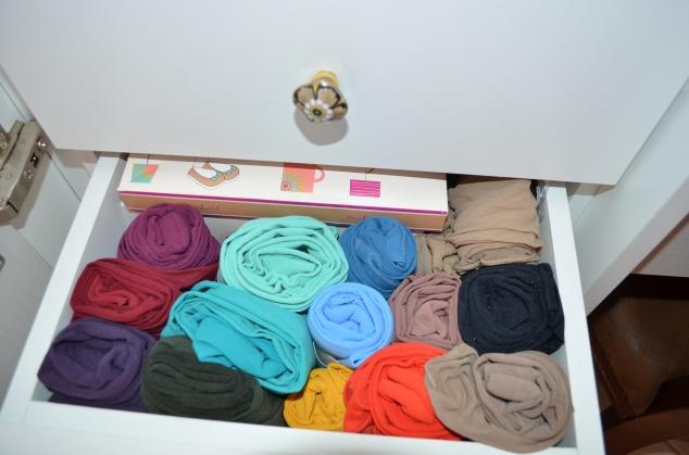 gaveta de meias-calça... tem uma de bolsinhas de festa, de lenço de bijoux!!! Delícia!!!