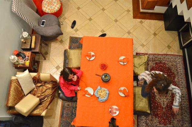 Os bancos de demolição, quando juntos, viram uma mesa ótima pra foundue!