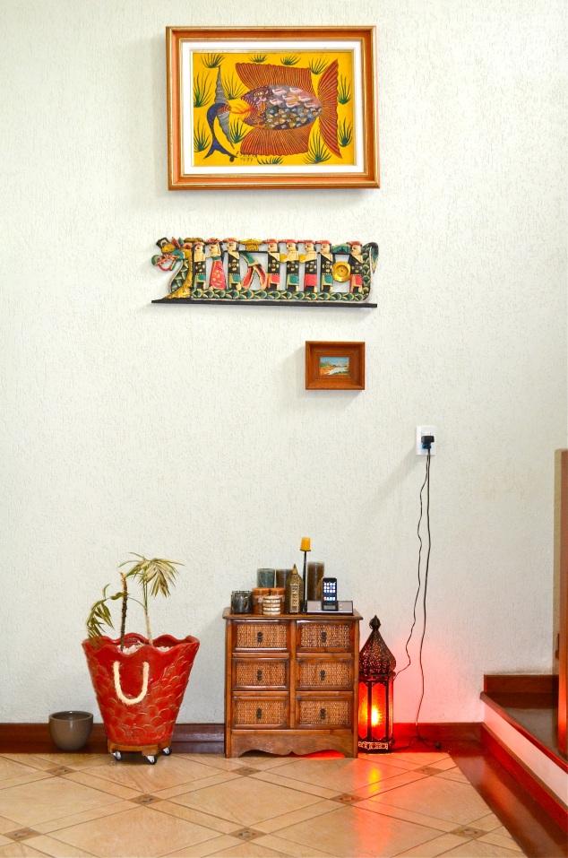 Esta é a parede comprida da sala. Aparentemente, as plantas deste vaso vermelho gostam de morrer.