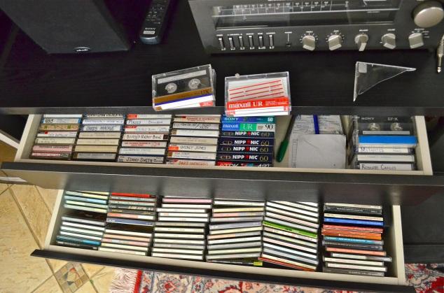Nas gavetas tem fitas K7 e CDs. Sim, marido escuta e compra fitas K7, não me pergunte como.