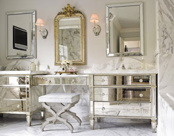 outro modelo ladeado por cômodas igualmente espelhadas