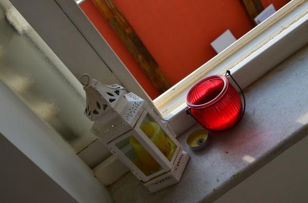 velas de citronela na janela