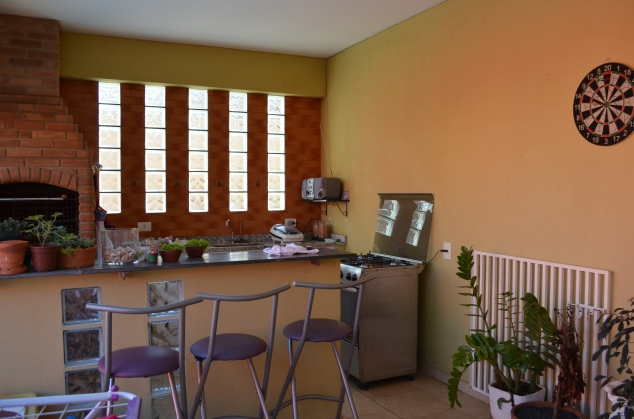 não gosto: das paredes e sua cor, do balcão e do portãozinho, dos blocos de vidro que não são uma janela pra piscina...