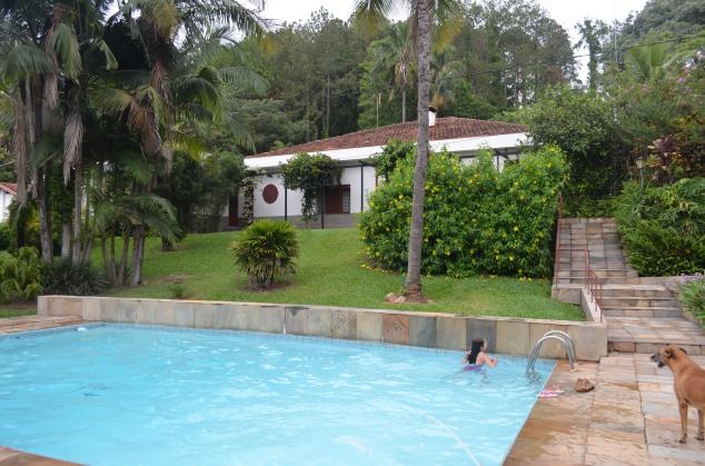 A piscina tem um tamanho bem generoso. Vè-se ao fundo a casa em que eles moraram a vida inteira.