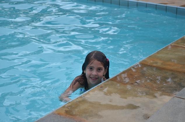 A piscina tem  barraspra eles fazerem hidroginástica e um tamanho bem generoso.