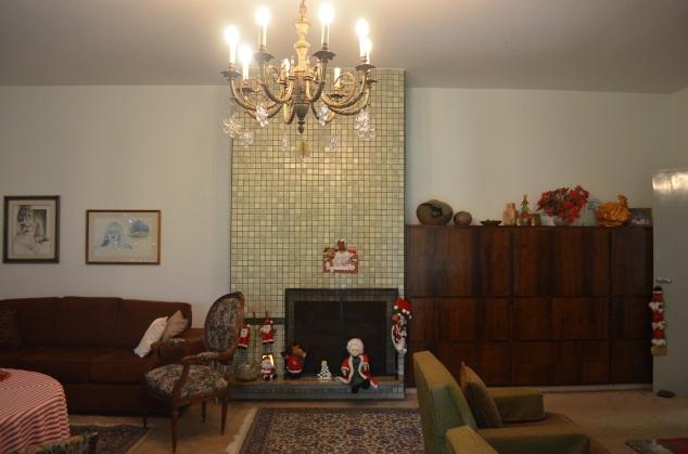 adoro o lustre e a lareira. Não poria carpete, mas faz muito sentido nesta casa...