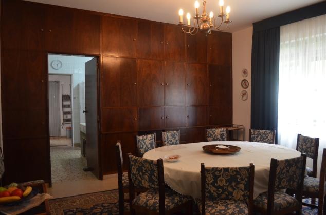 Sala de jantar. Quer mais integração que uma mesa redonda enorme? E o louceiro que ocupa toda a parede?