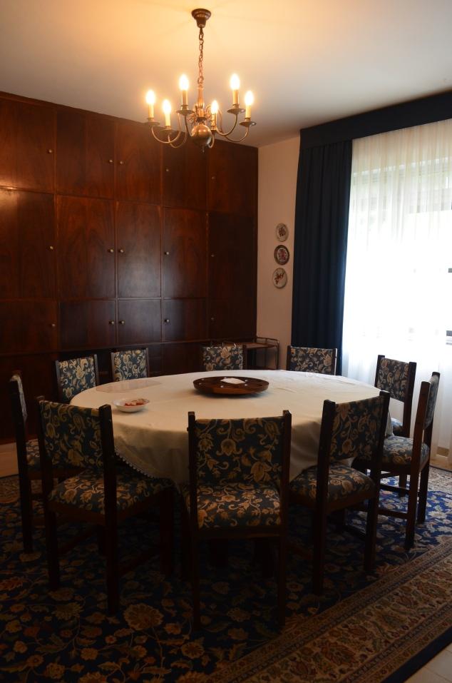 sala de jantar em tons de azul-marinho