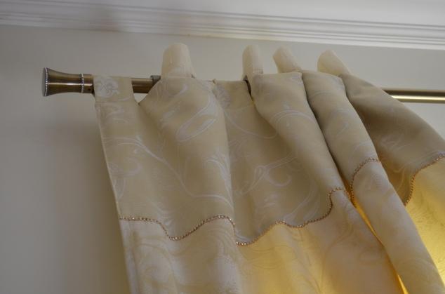 detalhes da cortina: faixa com o outro lado e strass que preguei à máquina, mesmo.