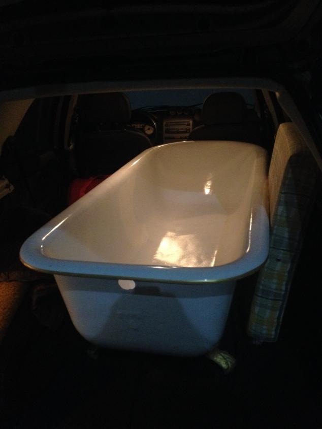 Taí, a banheira no carro. Chegamos sãs e salvas a banheira, Maria Joaquina, eu e a perua.