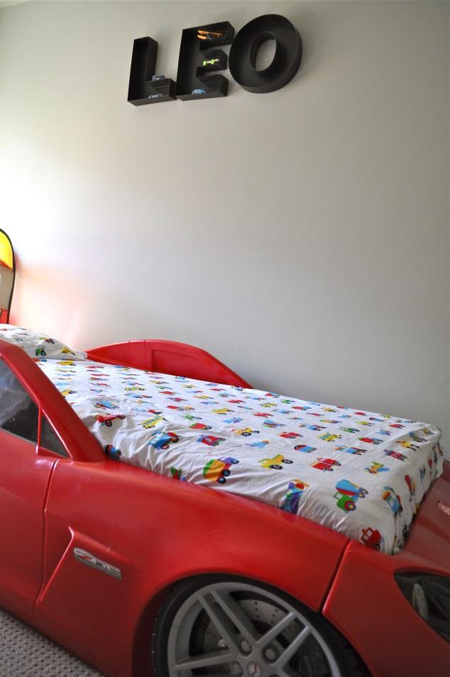 E acima da cama há umas letras de metal onde se põem … Carrinhos!!!