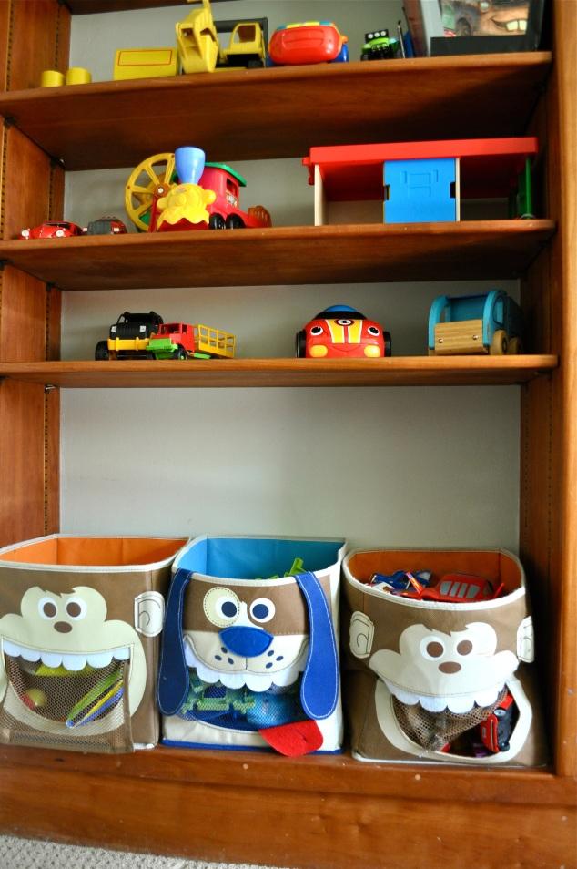 As outras partes da estante abrigam os demais brinquedos...