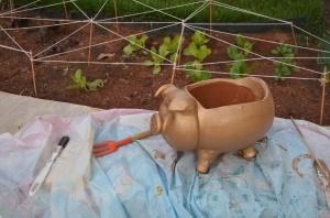 Quando comprei os vasos de barro dos temperos, comprei este porquinho. Foi só passar m spray dourado pra ele ficar lindão. No fndo do vaso tem bedim ( aquele feltro filtrante, argila expandida e terra de jardim, mesmo)