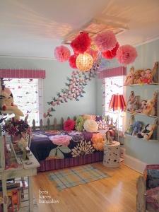 minha nova amiga BFF mandou este, não é uma coisa?! Os bichos e brinquedos nas estantes, borboletas, pompons gigantes no teto!!! Eu morava a[i f[acil, f[acil... Ainda mais se eu tivesse 8 anos!