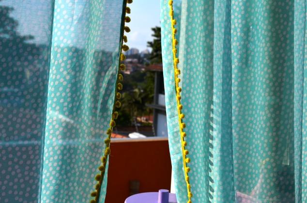 Fiz também uma cortina de chifon verde-água de bolinhas com pompons greló ( in love com eles!!! <3)