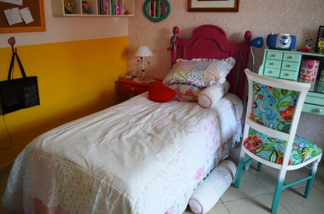 Criado,cama, escrivaninha... Tudo a gente que reformou e planejou! E a meia parede amarela também! Quando o quarto era das duas, a cama da Cleópatra ficava aí. Então tinha um monte de pezinhos carimbados...