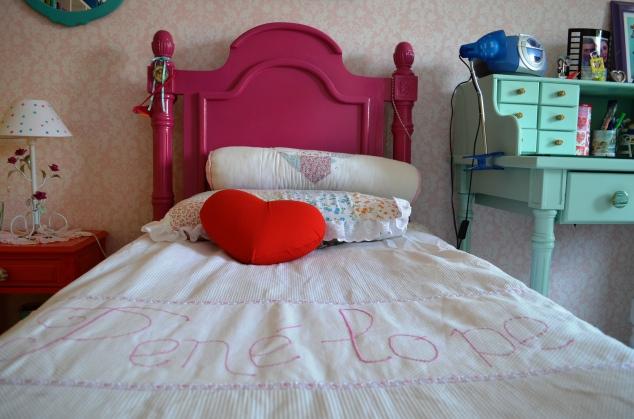 A cama foi pintada com oesmalte sintético da coral, Flamboyant. O jogo de cama foi feito por mim. O edredon há 3 anos, o rolo era do jogo de berço dela; a capa de travesseiro fiz outro dia...