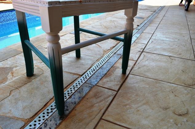 detalhe da cadeira pintada, pronta pra voltar pro estofador!