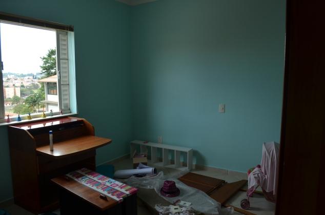 Este já é o futuro quarto da Cleo pintado. Deslocamos tudo que não ficaria nele... Imagine o tanto de bangunça a ser realocada!