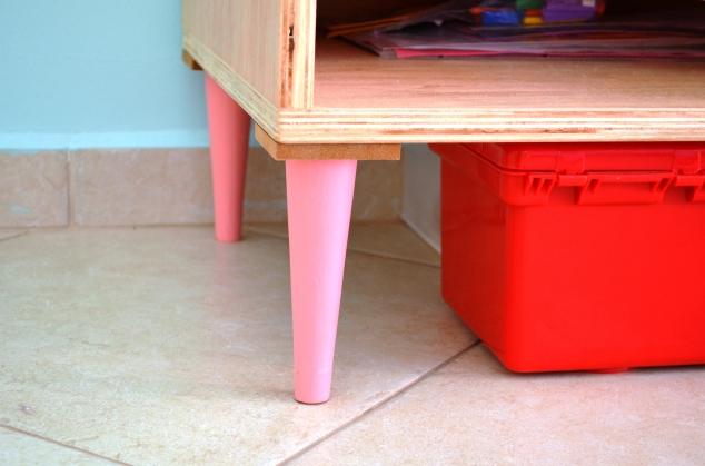 detalhe dos pés-palito da casinha-estante