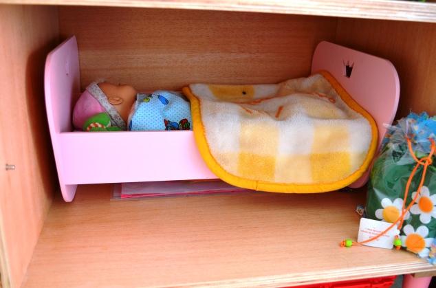 Gabi, minha netinha!!! A Cle[opatra ganho do Papai Noel esta boneca quando tinha 11 meses. e desde lá cuida dela todo dia. Ela ganhou um bercinho novo nesta renovação...