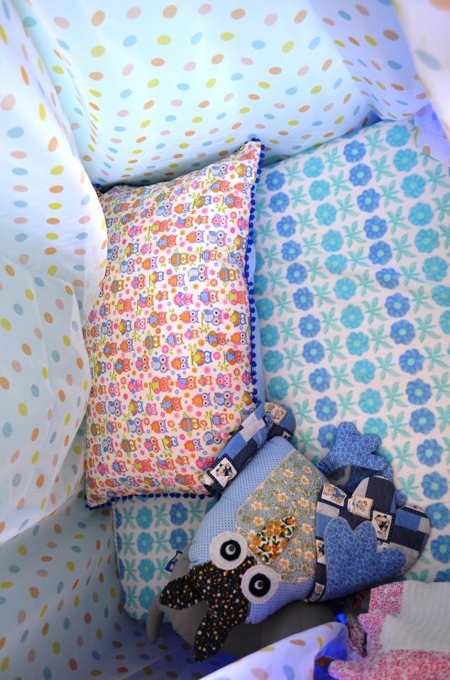 por dentro... Fiz esta capa para colchão, com elástico e capa de travesseiro com pompom, de coruja