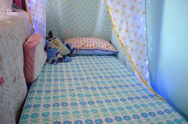 as camas das meninas são box, mas com bicama de rodinha embaixo, embutida. Aí é só guardar o colchão!
