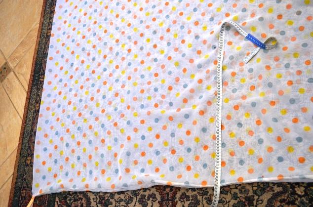 marcando as terceira e quarta alças, uma de cada lado do tecido, a 1m da quina e a 50 cm da borda.
