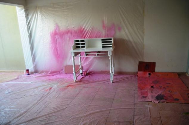 Nossa cabine de pintura. Fazemos laca caseira na garagem. Lona plástica na parede e no chão.