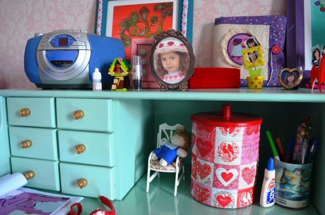 detalhes da escrivaninha: latinha linda da minha amiga querida Mariana e os puxadores antigos, que limpei com thinner e pintei com colorgin de latinha, no pincel!