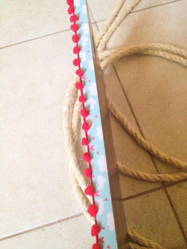 mais corda e balanço decorado com washitape na espessra e pompom greló no fundo... Preguei com cola quente!
