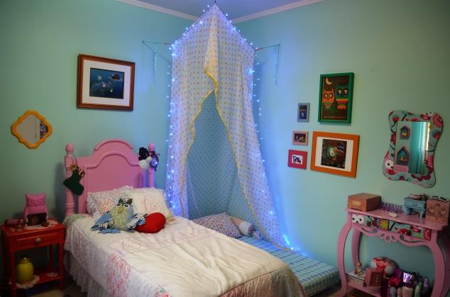 Aí preguei o quadro da Ligia Lages que era do quarto das duas... E fiz uma pequena galeria ao lado da cabana...