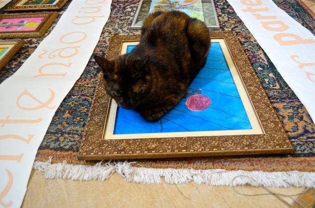 Maria Joaquina deitou justamente no quadro de gato da Penélope pra descansar! Hahahahaha!