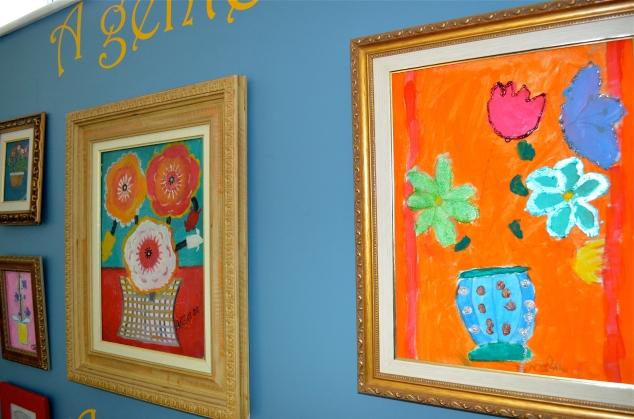 descendo as escadas… O quadro da esquerda é de um artista naïf brasileiro, Nerão. O da direita é da Penélope.
