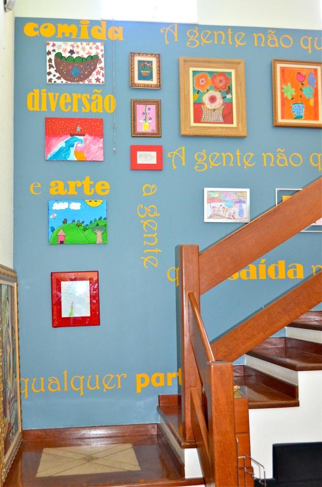 de cima pra baixo: Limões (Penélope, 2013); Surfer Rosa (Penélope, 2014); Cidade e carros (Cleópatra, 2013); carta da Júlia aos 6 anos, 2005); segunda coluna: Flores pequeno (Nerão); Flores (Cleópatra); Olho (Penélope, 2014).