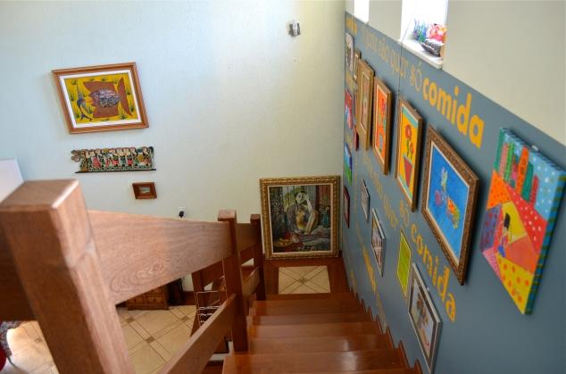 Aí você entra e desce as escadas… Tem a galeria Naïf que vai aparecer por aqui jajá...