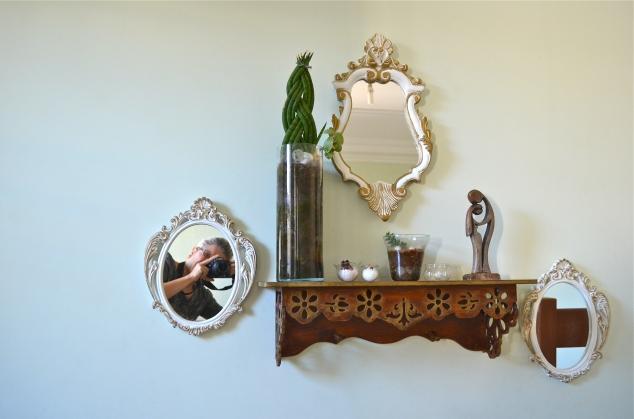 Sim, fui eu que fiz a maior parte das coisas que vocês vêem por aqui, incluindo as fotos, a edição, os posts… E estes espelhos, que ficam bem no mezanino da entrada, foram pregados logo assim que chagamos na casa, com a  respectiva altura da Penélope, da Cleópatra e minha!