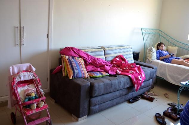 O sofá novo que chegou na sala ainda não terminada...