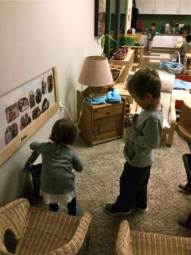 Léo brincando com a amiguinha; ele é um dos maoires da sala! :P