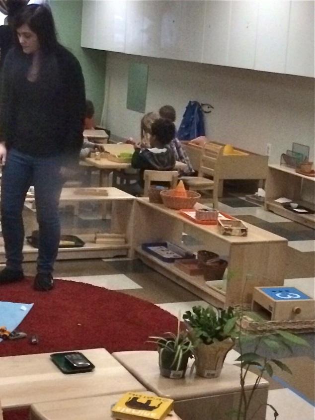 móveis baixinhos e a professora.