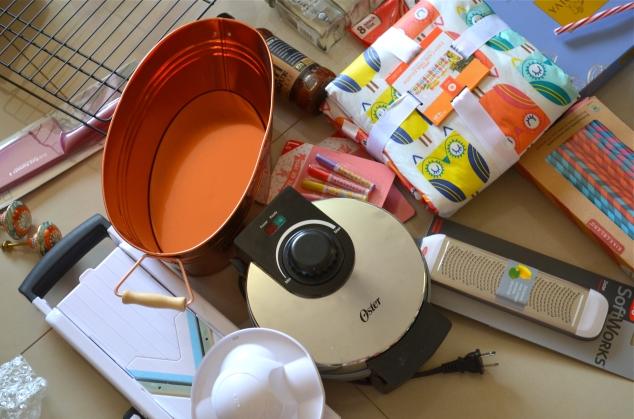 Um maravilhoso mandolim da OXO, assim como o zester (pra ralar cítricos), este vaso cobre que ainda não arrumei função mas foi um achado ( $3), uma waffle machine e canudos de papel, 12 dúzias por $8!