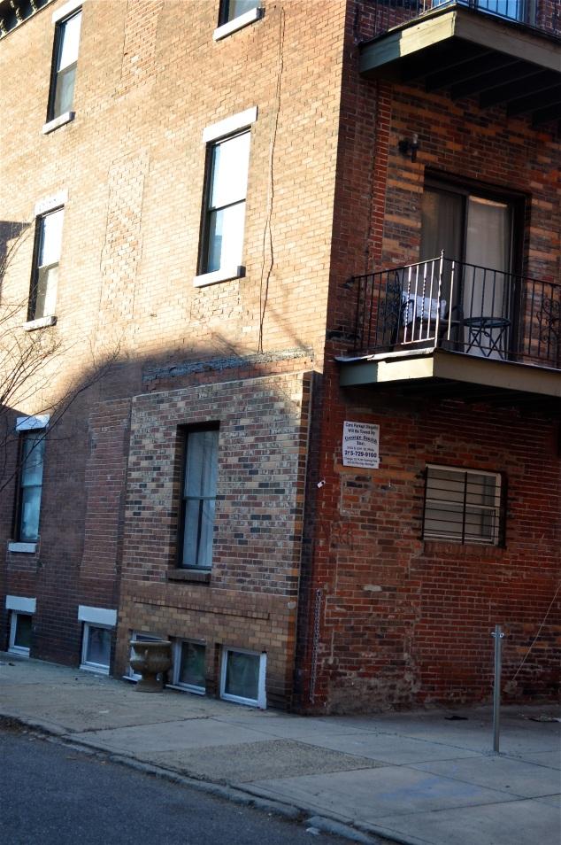 Esta edificação era a minha predileta. Não cheguei a saber se era uma casa só ou um prédio. çreio que seja um predinho. Amo de paixão os tijolinhos à vista...
