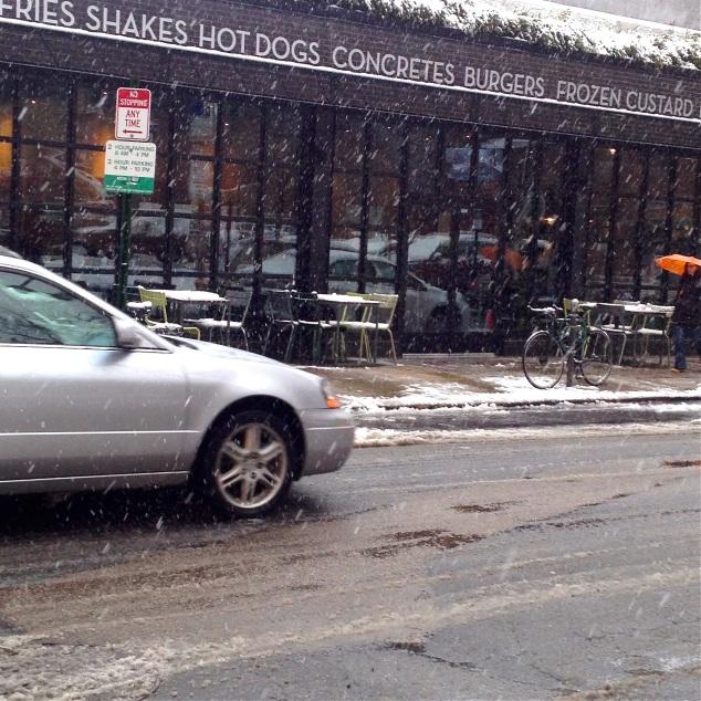 Fiquei impressionada em colocarem as mesinhas pra fora numa tempestade neve.