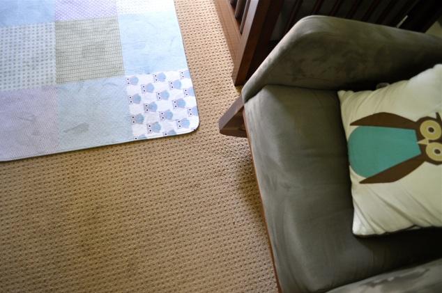 Alguns outros detalhes como o tapete ( Etsy) e a almofada que ajudaram a fechar bem colorinho a decoração! <3
