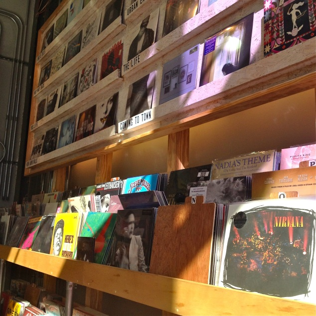 tem vinil na Urban Outfitters! :P