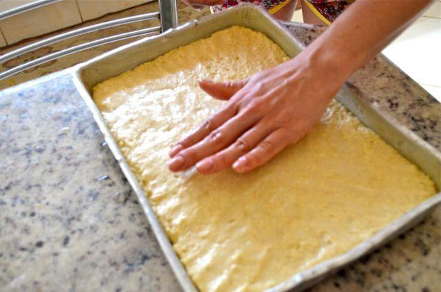 arrume a massa com as mãos molhadas; se come e se cozinha com as mãos, só  tem que lavar antes e depois.