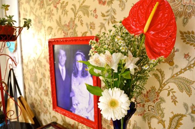 Agora ponho flores naturais toda semana. Nossa foto roxa do casamento, com cara de assustados. Nós estávamos, de fato.