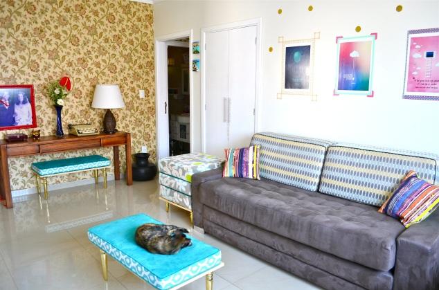 Pôsteres gratuitos com washitape (haverá post, aguardem! Almofadas lindas da @avoqueria e os pufes-mesinhas (volte 2 posts para tapeçaria). Maria Joaquina faz parte da decoração.